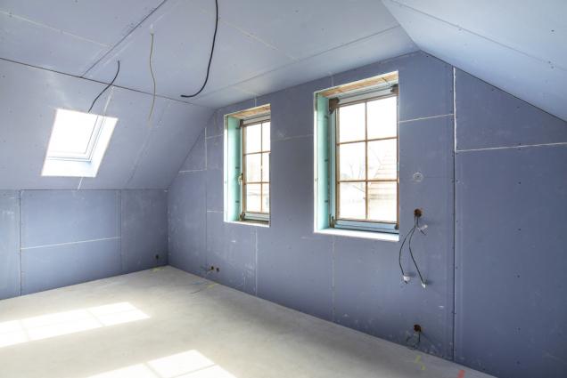 Rozhodli jste se rekonstruovat půdní prostor a vytvořit zněj obytné podkroví? Nebo stavíte nový dům a chcete mít pokoje hned pod střechou a vychutnávat si atypické kouzlo střešního prostoru? Tak či tak se jedná o místo většinou vymezené šikminami sedlové nebo mansardové střechy, často zdobené odkrytými dřevěnými trámy a sloupy nesoucími krov. Použitím sádrokartonových desek Knauf DIAMANT můžete zpodkroví udělat ideální místo pro bydlení. (Zdroj: Knauf)