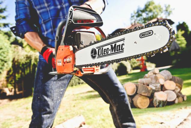 Benzinová motorová pila Oleo-Mac GS 520 je vhodná na přípravu palivového dřeva i na práci kolem domu. Má motor o výkonu 2,5 kW a americkou řeznou lištu Oregon dlouhou 41 cm. Komfort při práci zvyšuje propracovaný antivibrační systém, dokonalá ergonomie a perfektní vyváženost. (Zdroj: Mountfield)