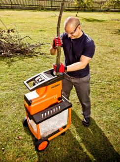 Štěpkovač Patriot PS 2800 naseká větve na štěpky, s nimiž můžete například zatopit v krbových kamnech. Oceníte u něj tichý chod a komfortní ovládání s chytrou bezpečnostní pojistkou. Odolný řezný kotouč zpracovává větve o průměru až 45 mm. (Zdroj: Mountfield)