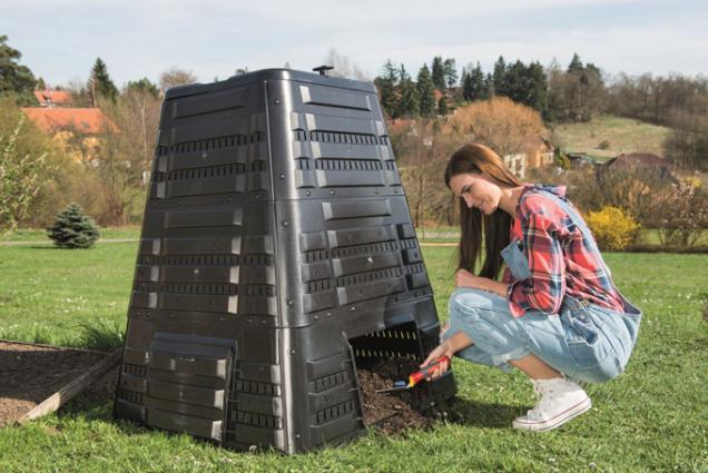 Kompostér K 700 pojme až 720 litrů biomasy. Je opatřen víkem s panty pro otevírání jednou rukou a otočným ventilem, sloužícím k regulaci prostupu vzduchu. V patě naleznete boční dvířka pro vyjímání uzrálého kompostu. (Zdroj: Mountfield)