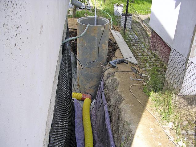 Vněkterých případech odvlhčení spodní stavby se obkope dům až nazákladovou spáru apoloží se drenážní trubky. Důležitým prvkem tohoto řešení je išachta umožňující čištění potrubí.