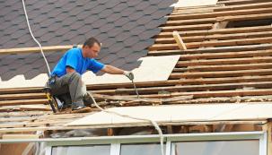 Rekonstrukce střešního pláště se neobejde bez složité transplantace poškozených částí krovu. Někdy je jednodušší avevýsledku ilepší  vybudovat kompletně celý nový krov.