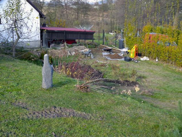 Jak zakrýt nevzhledné pohledy ksousedům? Nejlépe vysokými živými ploty. Pak se ze zahrady stane další pokoj (1)