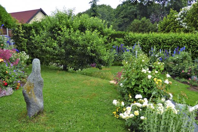 Jak zakrýt nevzhledné pohledy ksousedům? Nejlépe vysokými živými ploty. Pak se ze zahrady stane další pokoj (2)