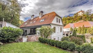 Střechu tohoto krásného domu pokrývá taška Polka od Tondachu, kterou majitelé zvolili místo původních bobrovek jako ekonomičtější a lehčí variantu.