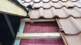 Difuzně otevřená střecha umožňuje neustálé provětrávání střešního pláště apro historické objekty sčlenitými detaily azákoutími je velmi výhodná. Nechte si ji odborně vyprojektovat – nikdy nekombinujte materiály podle toho, jak je výhodná cena nebo co je právě kdostání! Všechny použité materiály by měly mít obdobné vlastnosti, aby vodní páry volně procházely celou skladbou, nikde nekondenzovaly aplášť se choval homogenně ipři změnách podmínek (výkyvy teplot, období mrazů, dešťů apod.).
