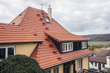 Pálená krytina střechám adomům pod nimi odjakživa slušela. Není divu, snoubí se zde poctivá řemeslná práce skvalitním materiálem svýbornými užitnými vlastnostmi (TONDACH)