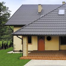 Plechová střešní krytina Satjam vyniká nízkou hmotností. S tím je spojena výhoda menšího zatížení statiky domu, což snižuje náklady na stavbu nosné konstrukce střechy (SATJAM)