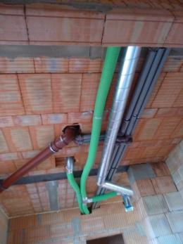 Začala montáž rekuperace od partnera projektu firmy Wafe. Rekuperace je systém efektivní výměny vzduchu, kdy se teplo z odváděného vzduchu využívá k ohřevu toho, který přivádíme dovnitř. V létě se naopak vzduch proudící do budovy příjemně ochlazuje. Kromě udržování nízké hladiny CO2 je možné udržovat i vlhkost v domě a odfiltrovat prach, smog a alergeny. Rekuperace přináší úsporu za topení, ale především vytváří zdravý domov. (Zdroj: Wienerberger)