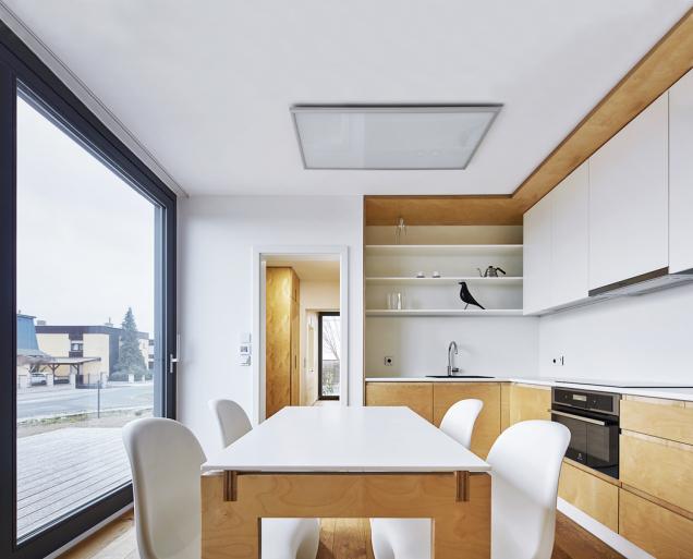 Protože vnitřní prostory jsou skutečně minimálních rozměrů, bylo nutné udržet vnitřní vybavení kompaktní avzdušné. Pobytový prostor je rozšířen terasami.