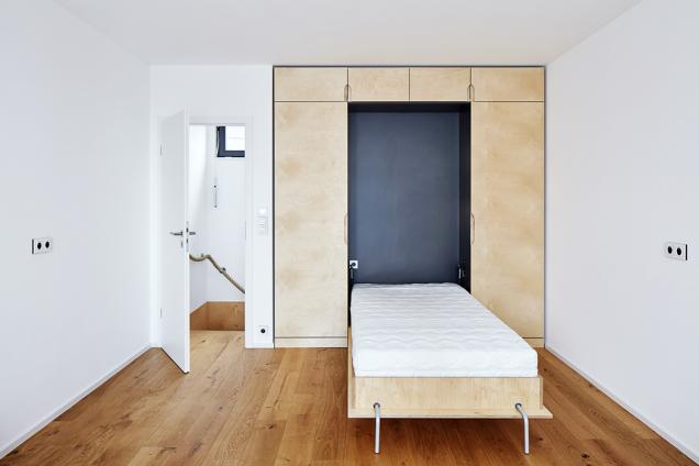 Vzařízení převažují světlé tóny březové překližky abílé omítky, interiér se vyhýbá nefunkčním detailům. Jak vidno, právě naopak.