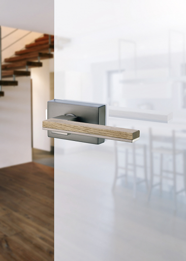 3.Designově jednoduchým dveřím sluší jednoduché kování. Sapglass (SAPELI)
