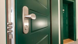 Na váš prázdný domov číhá nebezpečí. Může lákat zloděje, kteří vám na váš návrat mohou přichystat nemilé překvapení. Jak tomu zabránit? Pořiďte si bezpečnostní dveře. (Zdroj: NEXT)