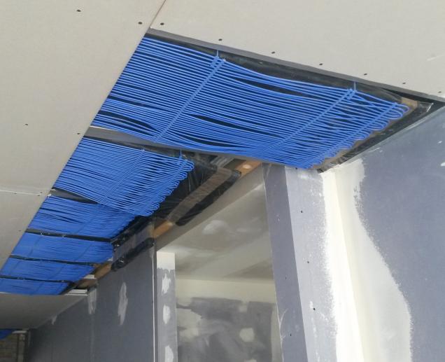 Detail desky Knauf Thermoboard Plus - částečky grafitu v sádrovém jádře významně zlepšují tepelnou vodivost desky. (Zdroj: Knauf)