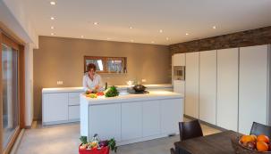 Strop je důležitou součástí každého interiéru, u kterého můžete jednoduchým způsobem ovlivnit funkci a dodat kreativitu formou podhledu. Podhledové konstrukce mohou být zavěšené nebo samonosné s jednoduchým nebo dvojitým opláštěním.