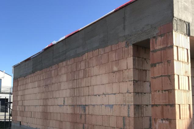 Soudržnost povrchu fasády je důležitá nejenom z estetického hlediska, ale také kvůli dodržení fyzikálních zákonitostí. (Zdroj: Wienerberger)