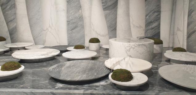 Studánka ve spodní části kamenného lesa je místo, kde se rodí život. Design Setsu & Shinobu Ito, produkce Ebbebi Marmi, vyrobeno ze 4 druhů  bílého mramoru