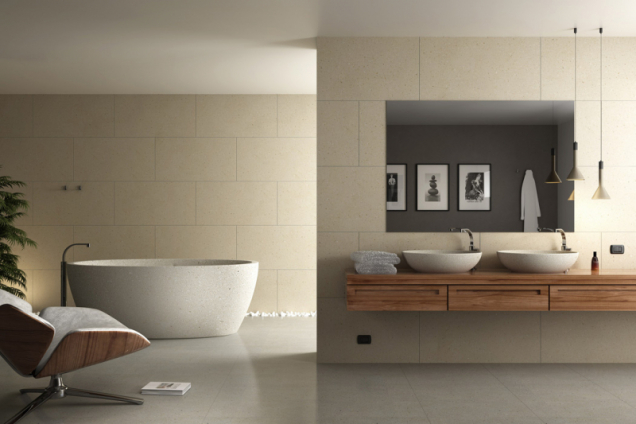 Koupelna je obložena velkoformátovými deskami z recyklovaného kamene, z materiálu zvaného Pietra Nova, realizace Grassi Pietre