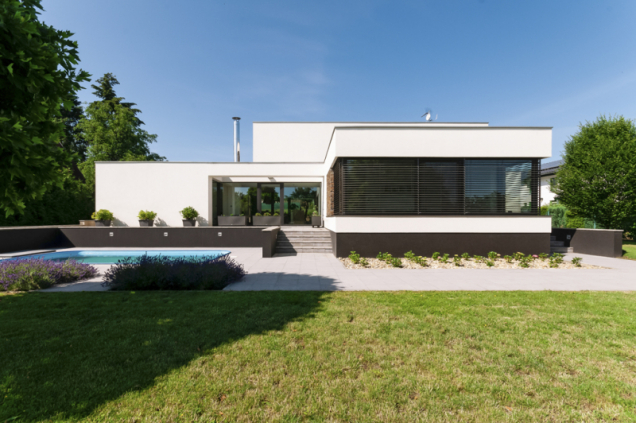 Čelní strana domu dává vyniknout velkým oknům. Na zabudování venkovního stínění je dobré myslet už ve fázi projektu, aby nebyl narušen vzhled fasády