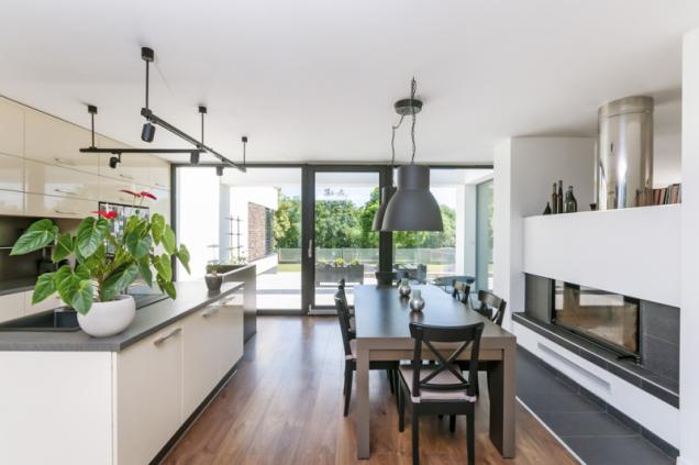 Krb odděluje kuchyni a jídelní část od té obývací. Celá velká přízemní místnost je pojata v moderním minimalistickém designu