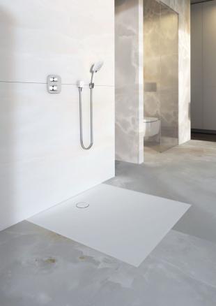 Novinka – plochá sprchová vanička Geberit Setaplano, která je jemná a hebká na dotek. (Zdroj: Geberit)