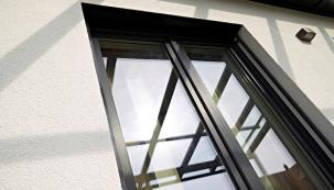 Podzimní měsíce představují ideální čas pro jednu nepříliš lákavou, ovšem velmi důležitou činnost – údržbu plastových oken. Pravidelným servisem například předejdete rychlému opotřebení oken i zbytečným výdajům za vytápění způsobených špatným těsněním. Podle expertů na okenní profily ze společnosti VEKA stačí před nástupem zimy provést 5 kroků. (Zdroj: VEKA)