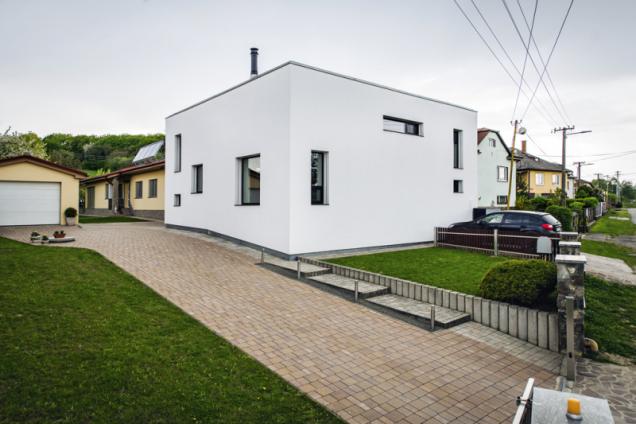 Dům jednoduchého tvaru zaujme atypickou kompozicí oken, která připomíná abstraktní obraz. Ve skutečnosti byly umístění, tvar a velikost oken pečlivě navrženy s ohledem na optimální osvětlení interiéru a výhled