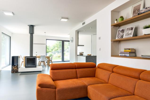 Podlaha s litou polyuretanovou stěrkou prostor velké obytné místnosti sjednocuje, navíc je ideální pro podlahové topení a příjemná pro bosé nohy. Centrem interiéru se stal krb, který se však díky dokonalému systému pro vytápění domu používá jen ve dnech, kdy se prudce sníží venkovní teplota