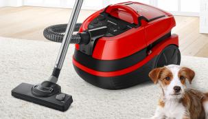 Červený model Bosch BWD421PET pro majitele mazlíčků. Turbokartáč odstraní z koberce vlákna, nitě, chlupy i vlasy (Zdroj: Bosch)