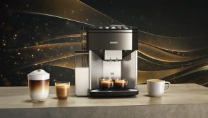 Aby šálek kávy přinesl maximální potěšení, je třeba dodržet několik důležitých detailů – správnou úroveň mletí, optimální teplotu i tlak vody. Snovými plně automatickými kávovary Siemens EQ.500 si ale s ničím nemusíte dělat starosti. Nejnovější modely zúspěšné řady EQ připraví dokonalou kávu na základě pouhého dotyku na barevném TFT displeji. (Zdroj: Bosch)