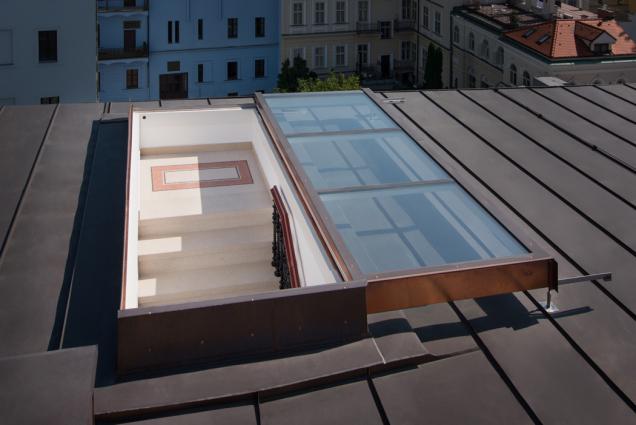 POSUVNÉ STŘEŠNÍ DVEŘE Solara, plochá střecha hostelu Praha (Zdroj: Solara)