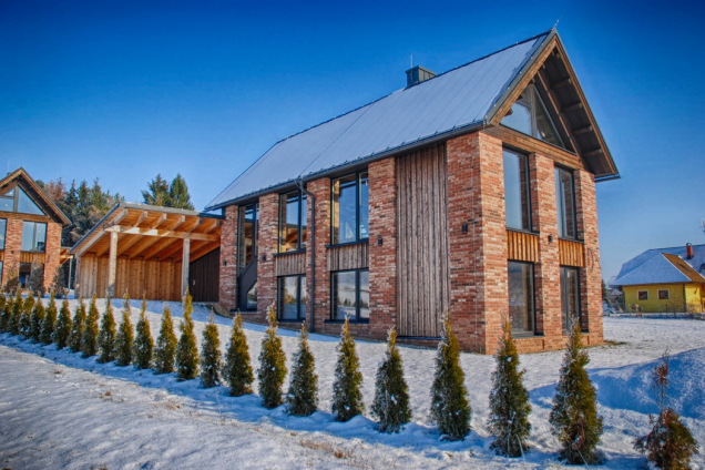 Velkoryse prosklený dům v Podkrkonoší navrhl architekt Ing. Milan Jirouš. Upoutá jak elegantním tvarem, tak i fasádou z lícových cihel Klinker. Použit byl typ Barok 83 (foto archiv architekta)