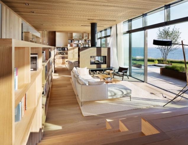 Dům je založen na konceptu zdravého a trvale udržitelného bydlení. Je navržen jako nadčasový a energeticky pasivní, z kvalitních přírodních a recyklovaných materiálů. Vybavení bylo vyrobeno z cedrového dřeva, podlahy jsou z recyklovaného dubu. Povrchy dřeva jsou záměrně neupravené, protože laky a nátěry obsahují toxické složky. Materiály ochrání přirozená patina, která časem vznikne. Prosklenou stěnu tvoří horní pevně zasklený pás a spodní část s posuvnými plochami. Subtilní ocelové sloupky a bezrámové zasklení umožňují takřka neomezený kontakt s oceánem