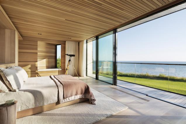 Impozantní výhled nechybí ani v ložnici. Majitele domu budí ranní sluníčko, přicházející oknem v atypickém výklenku ve východní fasádě. Větším problémem v místě je letní vedro než zimní chlad, z tohoto hlediska je rozlehlá prosklená stěna orientovaná na severovýchod výhodná
