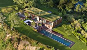 Záliv Peconic Bay v okrese Suffolk County patří spolu s ostrovem Long Island k nejatraktivnějším oblastem amerického státu New York. Do úchvatné přírodní scenérie zasadili architekti ze studia Mapos dům, který působí dojmem, že tu vyrostl ze země přímo pod mohutnými platany a žije a dýchá s okolní přírodou.