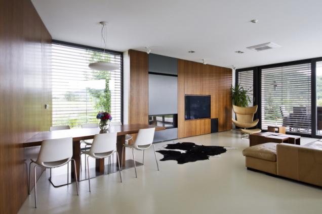 Vybavení interiéru bylo vyrobeno na zakázku podle návrhu architekta Aleše Říhy. Zajímavým prvkem je ocelový krb vestavěný do nábytkové stěny