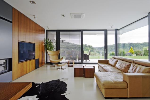 Interiér je laděn do teplých přírodních barev. Podlahu v obytných místnostech pokrývá světlá litá stěrka, která dává vyniknout ostatním materiálům – kůži a barvě a struktuře dýhy z afrického teaku