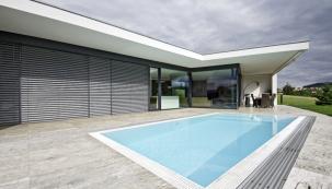Rozlehlou terasu pokrývá velkoformátová travertinová dlažba položená na železobetonové desce. Do ní je zapuštěn obezděný přelivový bazén. Vodní hladina se nachází v rovině dlažby, což je při plavání velmi příjemné – z bazénu je výhled do krajiny