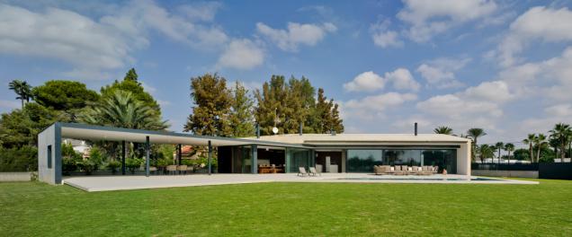 Jihozápadní část budovy tvoří podlouhlý, šikmo napojený blok orientovaný směrem k bazénu a zahradě. (Zdroj: Schüco International KG / David Frutos)