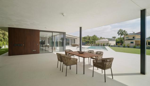 Zastřešená terasa je ze tří stran otevřená, což zaručuje přirozenou ventilaci (Zdroj: Schüco International KG / David Frutos)