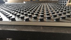Na hrubé podlahy se pokládaly systémové desky s výstupky, do kterých se vkládaly topné hadice. Použit byl systém RADOPRESS firmy Pipelife – univerzální potrubní systém vícevrstvých trubek a lisovaných tvarovek použitelný pro všechny oblasti rozvodů: pitné a teplé vody, ústředního vytápění, podlahového vytápění. (Zdroj: Wienerberger)