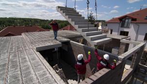 Pokud více než designový výstřelek oceníte praktičnost, velkou variabilitu finálního provedení a v neposlední řadě cenu, pak zvolte prefabrikované schodiště z betonu. (Zdroj: LIAPOR)