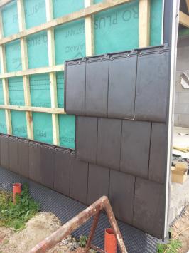 Každá z tašek na vertikální stěně se musela kotvit. (Zdroj: Bramac)