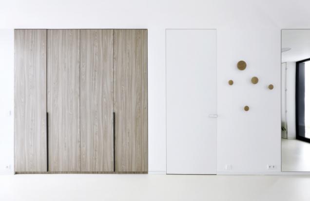 Realizace interiéru vyniká náročnými a precizními detaily. Vestavěný nábytek, bezzárubňové dveře a podlahové lišty lícují s povrchy omítek. Dveře včetně skleněných dodala firma Dorsis