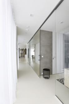 Při průchodu domem vynikne další z tvůrčích zásad architekta Michala Kunce – otevřené průhledy zakončené výhledem do zahrady nebo jinou pohledovou dominantou. Proto dispozicí prochází podélná komunikační osa, v interiéru jsou použity skleněné stěny a skleněné posuvné dveře