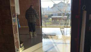 Vylévání podlah anhydridovým samonivelačním roztokem se provádělo na systémové podlahové topení v celém objektu. Směs pro samonivelační podlahu dodala společnost Baumit, která je partnerem projektu. (Zdroj: Wienerberger)