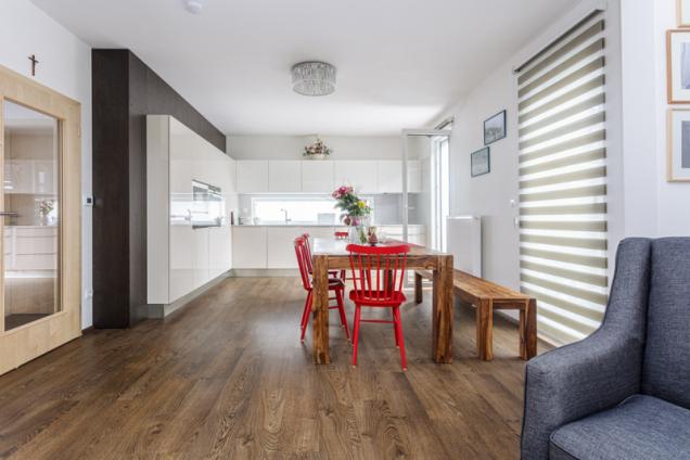 Společný obývací prostor i většinu ostatních místností v domě zdobí laminátová podlaha s krásným a velmi realistickým dekorem dubového dřeva. Stůl a lavice z masivu jsou z obchodu XXX Lutz