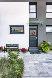 Dlažba Presbeton připomíná kámen a dokresluje tak propojení domu se zahradou