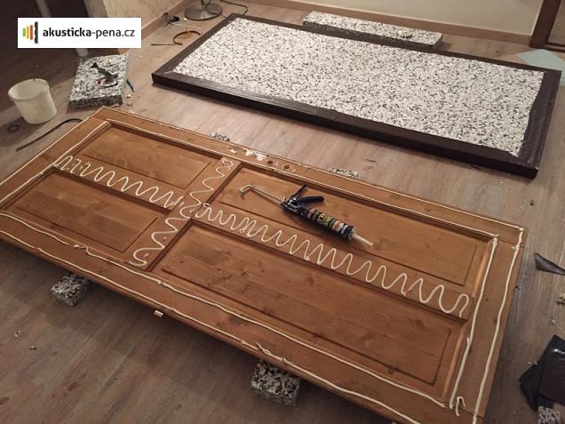 Instalace lisovaných desek na dveře (Zdroj: akusticka-pena.cz)