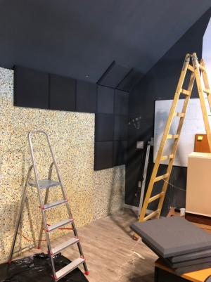 Odhlučnění stěny v coworkingovém centru v Bratislavě, kde ještě navíc zlepšujeme akustiku instalací akustických dlaždic na samotné lisované desky (Zdroj: akusticka-pena.cz)